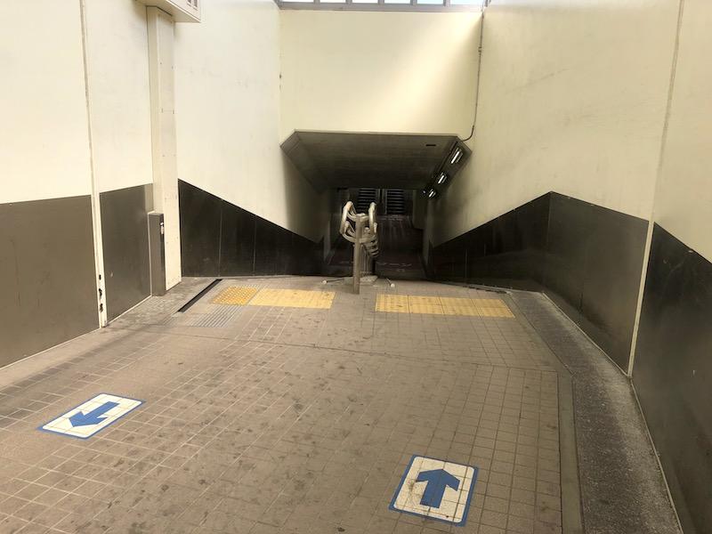 地下道 階段